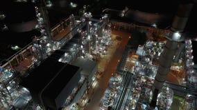 opinión aérea de la noche 4K alrededor de la planta de la refinería de petróleo almacen de video
