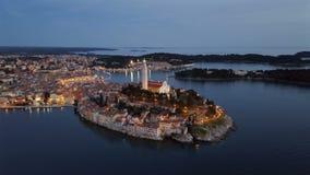 Opinión aérea de la noche de Rovinj, Croacia metrajes