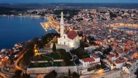 Opinión aérea de la noche de Rovinj, Croacia almacen de metraje de vídeo