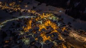 Opinión aérea de la noche de un pueblo suizo en la Navidad - Suiza foto de archivo