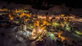 Opinión aérea de la noche de un pueblo suizo en la Navidad - Suiza fotos de archivo