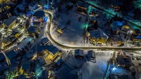 Opinión aérea de la noche de un pueblo suizo en la Navidad - Suiza imágenes de archivo libres de regalías