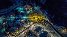 Opinión aérea de la noche de un pueblo suizo en la Navidad - Suiza imagenes de archivo