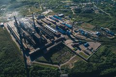Opinión aérea de la planta metalúrgica de aluminio imagen de archivo libre de regalías