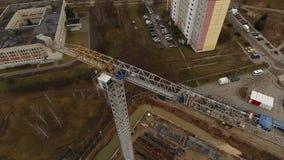 Opinión aérea de la plataforma de la construcción en otoño almacen de metraje de vídeo