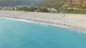 Opinión aérea de la playa de Oludeniz Belcekiz almacen de metraje de vídeo