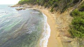 Opinión aérea 03 de la playa mediterránea almacen de metraje de vídeo