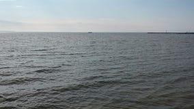 Opinión aérea de la playa y del embarcadero del mar Báltico almacen de video