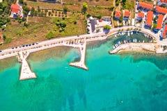 Opinión aérea de la playa de Zaton y del pequeño puerto, fotografía de archivo