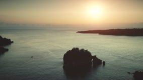 Opinión aérea de la puesta del sol: Barcos que navegan en el océano almacen de video