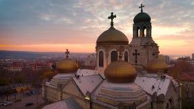 Opinión aérea de la puesta del sol de la catedral de la suposición en Varna, Bulgaria almacen de metraje de vídeo