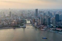 Opinión aérea de la puesta del sol del paisaje urbano de Shangai Imagenes de archivo
