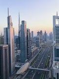 Opinión aérea de la puesta del sol hermosa a los edificios futuristas de la ciudad y adentro Fotos de archivo libres de regalías