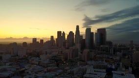 Opinión aérea de la puesta del sol del horizonte céntrico de Los Angeles almacen de metraje de vídeo