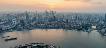 Opinión aérea de la puesta del sol panorámica del paisaje urbano de Shangai Fotos de archivo libres de regalías