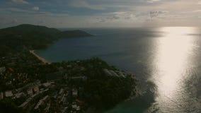 Opinión aérea de la puesta del sol de la playa y de la ciudad Imagen de archivo