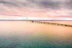 Opinión aérea de la puesta del sol del puente hermoso de Mackinaw El puente suspendido más grande de América foto de archivo libre de regalías