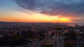 Opinión aérea de la puesta del sol sobre la catedral de la suposición en Varna, Bulgaria almacen de metraje de vídeo