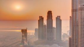 Opinión aérea de la salida del sol que sorprende del timelapse céntrico de la mañana de los rascacielos de Dubai, Dubai, United A metrajes