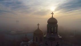 Opinión aérea de la salida del sol sobre la catedral de la suposición en Varna, Bulgaria almacen de video