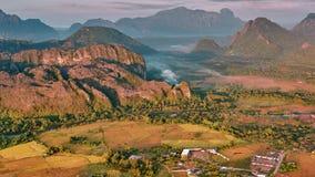 Opinión aérea de la salida del sol del valle de la montaña metrajes