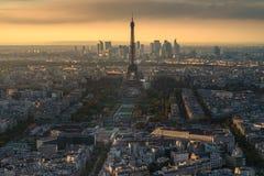Opinión aérea de la torre Eiffel durante tiempo de la puesta del sol Foto de archivo