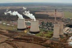 Opinión aérea de la torre de enfriamiento de la central eléctrica imagenes de archivo