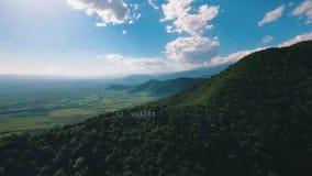 Opinión aérea de las montañas del tiroteo metrajes