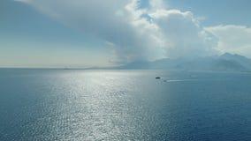 Opinión aérea de las montañas y de las nubes de las naves del mar metrajes
