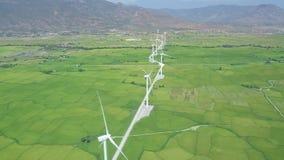 Opinión aérea de las turbinas de la energía eólica Generador de viento para la opinión limpia del abejón de la energía renovable  almacen de video