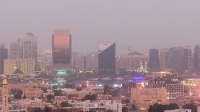 Opinión aérea de los edificios del canal moderno y viejo de Deira del día de Dubai Creek al timelapse de la noche almacen de video