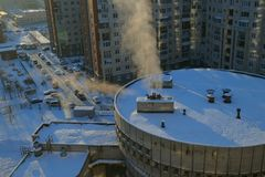Opinión aérea de los edificios urbanos nevosos del invierno Fotografía de archivo