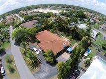 Opinión aérea de los hogares suburbanos Imagen de archivo