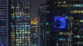 Opinión aérea de los rascacielos en el timelapse céntrico y financiero de la noche de Dubai del distrito, United Arab Emirates almacen de video