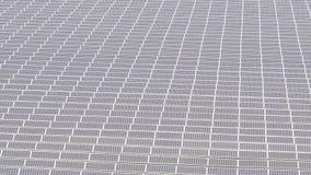 Opinión aérea de los sistemas fotovoltaicos de los paneles solares metrajes