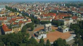Opinión aérea de Milán del arco de la paz almacen de metraje de vídeo