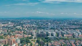 Opinión aérea de Milán de edificios residenciales cerca del timelapse del distrito financiero almacen de video