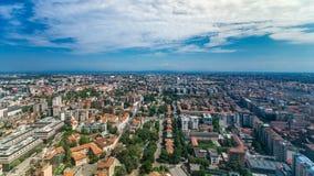 Opinión aérea de Milán de edificios residenciales cerca del timelapse del distrito financiero almacen de metraje de vídeo