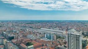 Opinión aérea de Milán de edificios residenciales y el ferrocarril central en el timelapse del distrito financiero metrajes