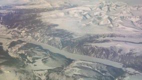 Opinión aérea de Mongolia de las montañas cubiertas con nieve en el vídeo de la cantidad de la acción de la primavera almacen de video