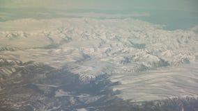 Opinión aérea de Mongolia de las montañas cubiertas con nieve en el vídeo de la cantidad de la acción de la primavera almacen de metraje de vídeo