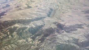 Opinión aérea de Mongolia de las montañas cubiertas con nieve en el vídeo de la cantidad de la acción de la primavera metrajes