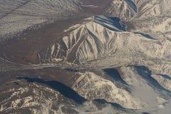 Opinión aérea de Mongolia de las montañas cubiertas con nieve en el vídeo de la cantidad de la acción de la primavera Foto de archivo libre de regalías
