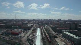 Opinión aérea de Moscú con el tren que corre en toda la ciudad, Rusia almacen de video