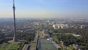 Opinión aérea de Moscú con la torre de Ostankino, Rusia metrajes