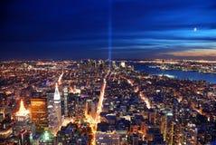 Opinión aérea de New York City en la noche Foto de archivo