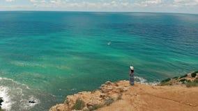 Opinión aérea de observación del paisaje marino de la mujer almacen de metraje de vídeo