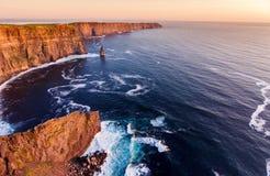 Opinión aérea de ojo de pájaros de los acantilados famosos del moher en el condado Clare Irlanda paisaje escénico irlandés hermos Fotos de archivo libres de regalías