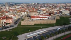 Opinión aérea de ojo de pájaros de la ciudad de Povoa de Varzim en Portugal, volando lentamente adelante almacen de metraje de vídeo