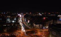 Opinión aérea de Piata Universitatii por la noche, Bucarest, Rumania Imagen de archivo